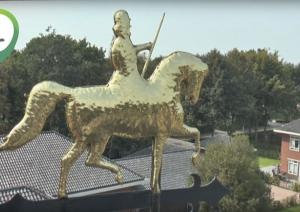 Windroos geplaatst op dak hoofdingang (video)